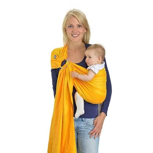 Junge Mutter mit einem kleinen Baby in der Tragehilfe.