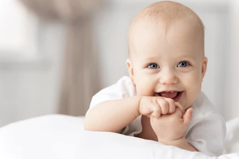 Glückliches, lachendes kleines Baby
