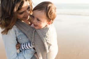 Baby in der Tragehilfe mit seiner Mutter