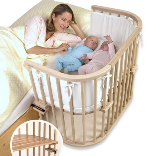 Babys schlafen erholsam in der Nähe der Mutter im Babybett