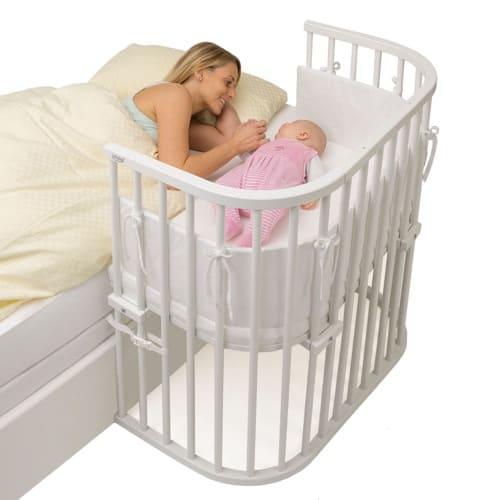 Beistellbett für ein kleines Baby gleich neben dem Bett der Eltern