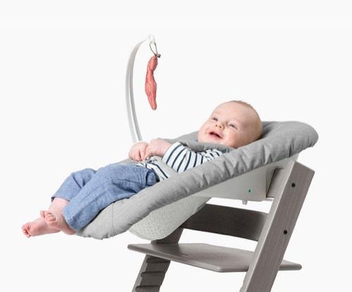 Ein Babysitz als Stuhlaufsatz